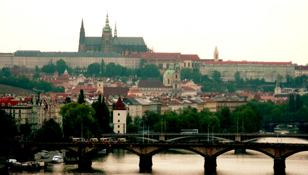 Valokuva, jossa on maisemaa Prahasta. Valokuvassa näkyy muun muassa Prahan linna.